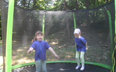 Zábava na trampolíne v lesíku